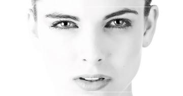 Frau in schwarz-weiß