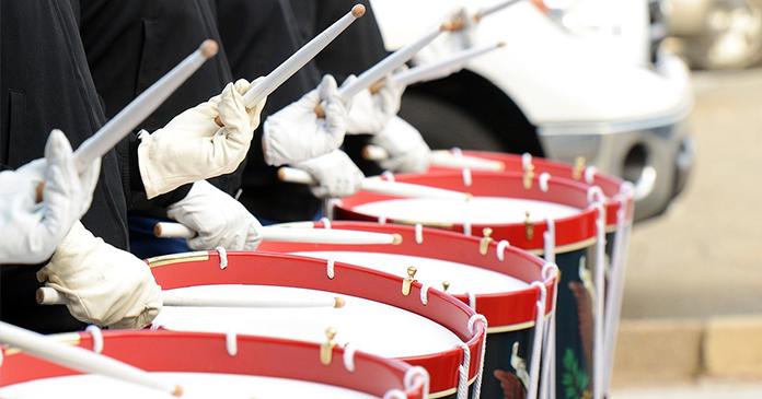 Parade-Trommler mit ihren Trommeln in Reihe
