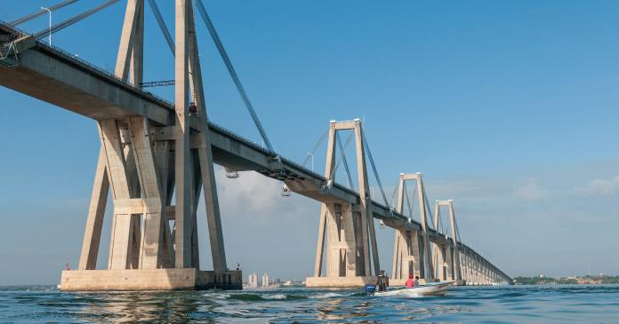 eine lange Überwasser-Brücke