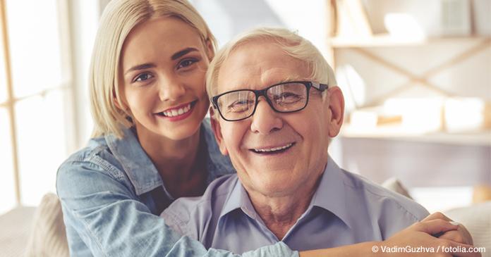 Junge Frau umarmt ihren Großvater