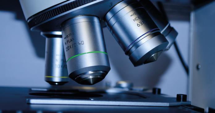 Teilausschitt eines Mikroskop in Großaufnahme