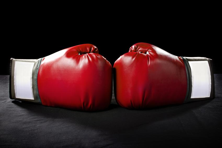 zwei sich gegenüberliegende Boxerhandschuhe