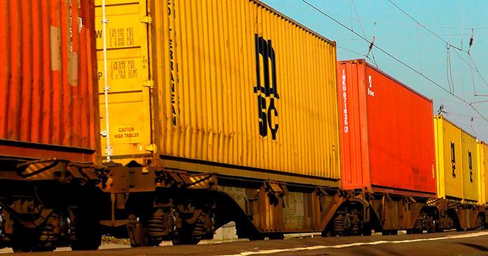 Güterwaggons in gelb und rot